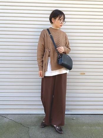 ブラウンベージュのセーターとダークブラウンのパンツ、2色の異なる色味を取り入れたブラウンコーデ。インナーの白Tシャツを少し覗かせることで、全体を調和させ明るさもプラスしています。