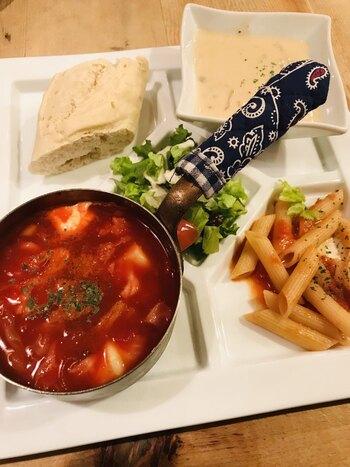 種類が豊富でどれにしようか迷ったら、2種類のスープがいただけるプレートメニューもおすすめ。サラダやパン、日替わりパスタもセットになっていてボリューム満点です。
