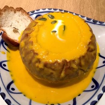 パンの器に濃厚なかぼちゃポタージュが注がれた「灰かぶり娘のとっておき」。かぼちゃの甘みとなめらかな口当たりがたまらないおいしさです。ユニークなネーミングも楽しいですよね。