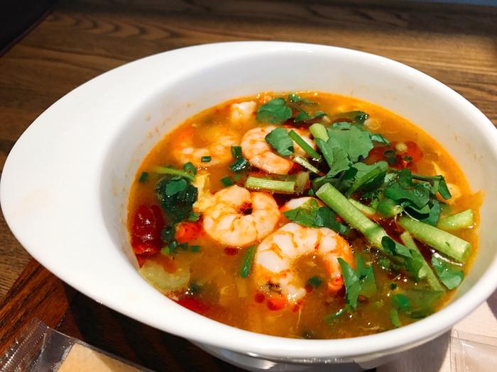 4種類の薬膳スープに、6種類の薬膳パウダーを組み合わせてオリジナルのスープを作ってもらえます。気になる薬膳パウダーは、冷えやデトックス、美肌や免疫力強化などの効能別。こちらは、酸辣湯(サンラータン)の薬膳スープがベースになったもので、パクチーやエビ、緑豆春雨などのトッピングもお好みでOK。