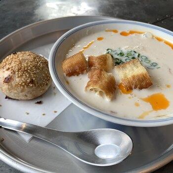 台湾では、朝ごはんは外食するのが定番。「鹹豆漿(シェントウジャン)」と呼ばれるこちらのスープは、台湾の方もおうちで作らずにお店でいただくんだそう。豆乳にお酢を加えた温かいスープは、ひと口いただくごとに体の中が温まります。