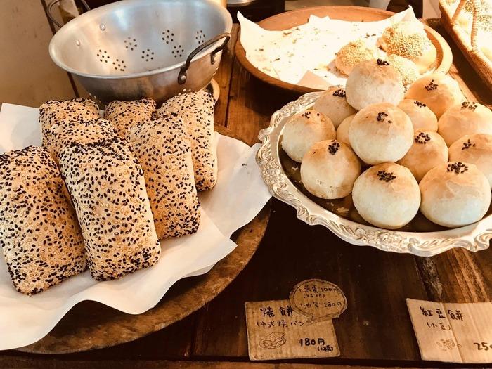 パンを添えていただくのも本場流。お肉が入ったお惣菜パンやあんこが入った甘いパン、スープにひたして食べると絶品の揚げパンなどラインナップも豊富なので、ぜひ台湾流で楽しんでみませんか?