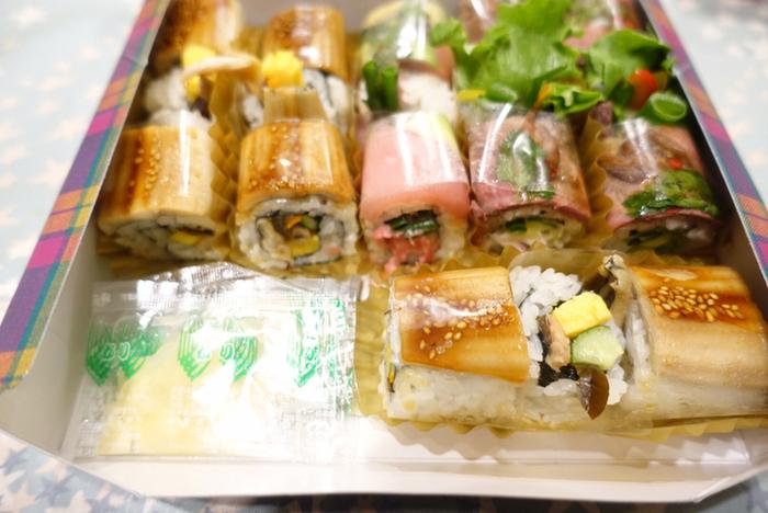 いろんなお寿司を少しずつ詰め合わせても。箱を開けたときの華やかさに、思わず歓声があがりそうです。一口サイズにカットされていて、つまみやすいのもうれしいですね。