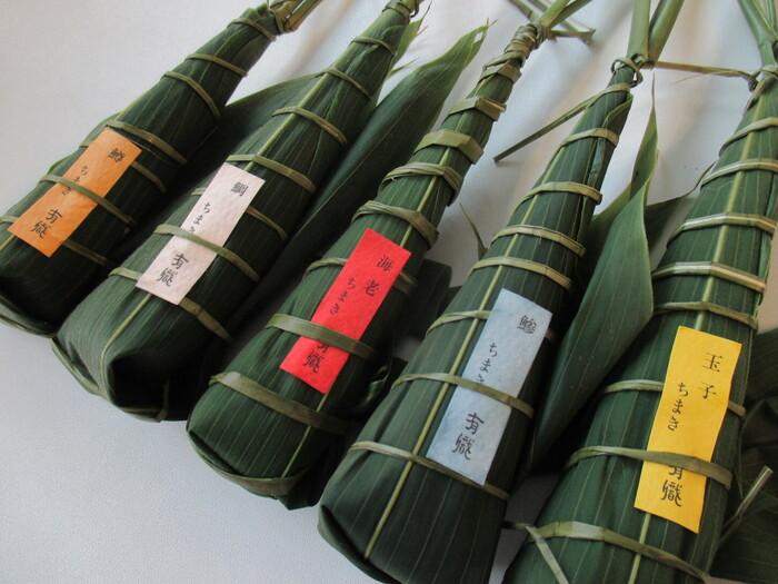 もうひとつの名物が「ちまき寿司」です。笹の葉でお寿司を巻き包んだ見た目が美しく、上品さが感じられます。お箸を使わずに気軽に食べられることから、歌舞伎や演劇の役者さんたちへの差し入れにも多く利用されているひと品です。