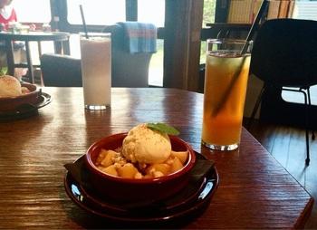 """スイーツの人気者は、青森産の甘くみずみずしい""""葉とらずりんご""""を使った『アップルクランブル』。"""