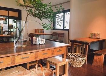 お店には靴を脱いで上がります。テーブル、ソファなど26席。※静けさキープのため、カフェ利用は大人だけに制限されています。