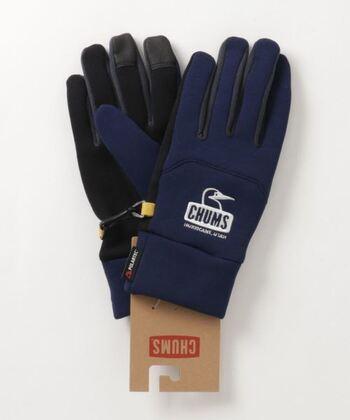 ストレッチ性と保温性の高いフリースを使用した手袋は、アウトドアでもタウンでも使えるデザイン。親指と人差し指、中指の先端がスマホ対応になっています。手袋同士を繋ぐ留め金具もついているので、片方を無くしがちな人にもいいかも。