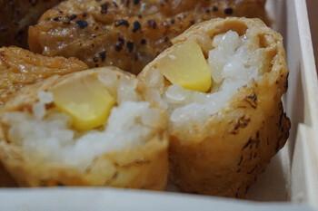 いなり寿司の中には、栗や紅生姜、山椒などが混ぜ込んであります。シンプルながら、それぞれの味が引き立つ上品な味わい。