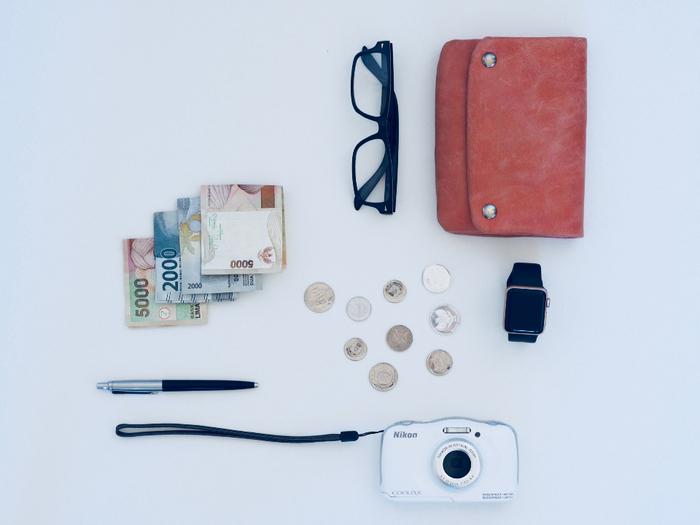 引越し当日は、業者や家族と連絡を取ったり、書類の確認などをすることがあります。そのため貴重品などは手元に持っておきましょう。