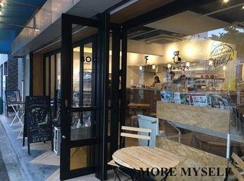 「アコメヤ茶屋」から数分の早稲田通り沿い。書籍の校正・校閲を専門とする鴎来堂(おうらいどう)が運営する書店「かもめブックス」の中に、カフェ|WEEKENDERS COFFEE All Right」、ギャラリー「ondo kagurazaka」が併設されています。