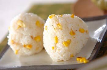 お子さんもきっと大好物!コーンを使ったおにぎりです。炒めたコーンをご飯に混ぜて握るだけの簡単レシピ。バターの香りと、コーンの甘みがご飯に合います。お弁当にも活躍しそうな一品です♪