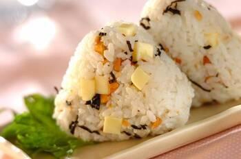 塩昆布とチーズが相性抜群のアレンジおにぎりです。アーモンドが入っているので食感まで楽しい一品。おもてなしで作って出しても喜ばれるかも♪