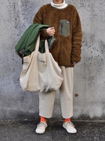 白のタートルネックに合わせたのは、メンズのフリースプルオーバー。オーバーサイズな着こなしがとても可愛い。オレンジ色の靴下がかわいらしさを添えています。