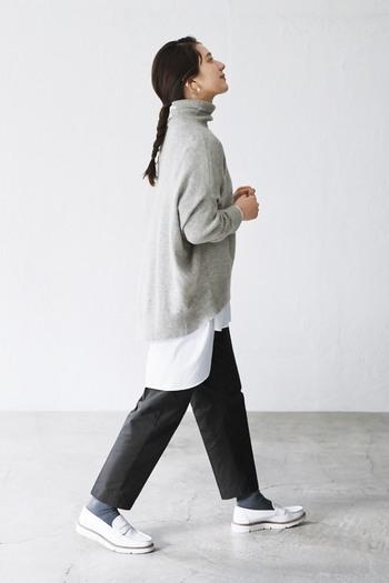 最近流行りのニットの裾からシャツをのぞかせるスタイル。ロングシャツならシャツの存在感も十分で、バランスも取りやすいのでおすすめです。オフショルダー&裾広がりシルエットのタートルネックニットとの相性も抜群ですよ。