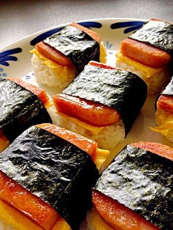 子どもから大人まで大好きな、スパムおにぎり。このレシピでは塩胡椒のスパムと、照り焼き風のタレで焼いたスパム2つの味の作り方を紹介しています。お弁当や外に持って行くときは、1つずつラップで包むと食べやすいですよ。