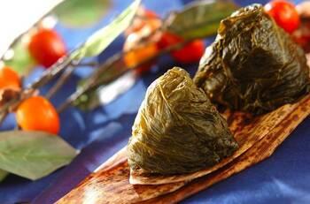 高菜の茎を千切りにしてご飯と混ぜ、葉で巻くという、高菜づくしのおにぎりです。茎はごま油で炒めることで風味が増し、食べる手が止まらない一品に。お弁当にもぴったりのおにぎりです。