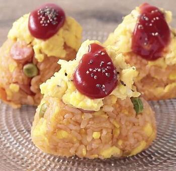 オムライスを握っておにぎりにした、子ども人気間違いなしの一品。ケチャップライスと炒り卵を混ぜ合わせることで、ひと口でオムライスの味を楽しめます。赤、オレンジ、黄色、グリーンと、彩りも抜群です♪