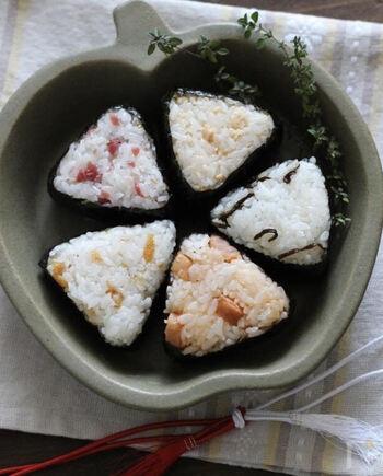 いろいろな食材を組み合わせることができるのも、おむすびの魅力!こちらは、受験生を応援する五角(=合格)形のおにぎりです。それぞれの具材もゲン担ぎ仕様に。例えば、勝者(winner)にちなんだウインナーや、桜をイメージした梅など。作るのも食べるのも楽しくって、どんどんやる気がアップしそうなレシピです。