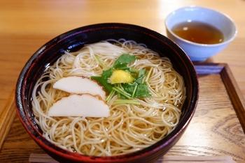 外食なら、温かい汁が楽しめるうどんやにゅうめんなどがお腹に優しいですね。揚げ物は入れないようにしましょう。