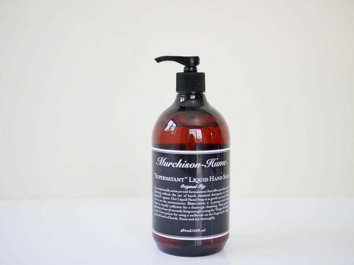 """天然由来成分の洗浄力で清潔に洗い上げる「""""スーパー ネイティント""""リキッド ハンドソープ」。潤いを保つカミツレ花エキスやカニナバラ果実エキスをはじめ、アボカド油やオリーブ果実油、ブドウ種子油などを贅沢に配合しています。100%植物原料で作られているので、肌の弱い方や小さいお子さんがいるご家庭でも安心して使用できます。"""
