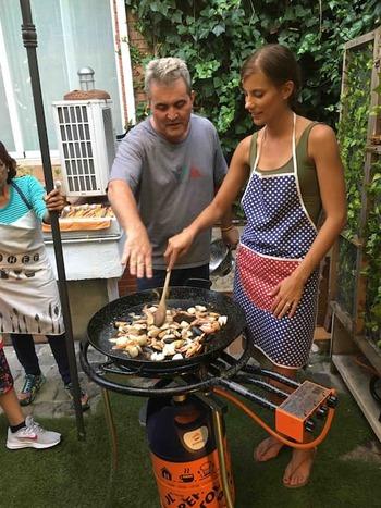 ただ地元の名物料理を頂くだけでなく、現地の人や他の国の旅行者とも触れ合いながら料理を楽しめたら、忘れられない旅の思い出になりそうですね。