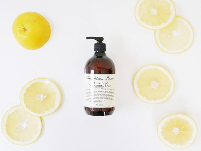 植物原料のナチュラルな使い心地が魅力的なマーチソンヒュームの洗剤は、天然アロマエッセンスの優しい香りも人気の理由です。「ホワイトグレープフルーツ」は柑橘系の爽やかな香り、「オリジナルフィグ(いちじく)」は甘く上品な香りが特徴です。使う度に心地よい香りがお部屋にふんわりと広がり、心と体をリフレッシュさせてくれます。