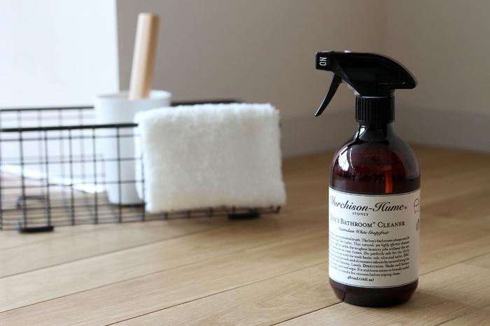 """植物由来の洗浄成分を贅沢に配合した""""ボーイズ バスルーム""""クリーナーは、しっかりと汚れを落としてカビの繁殖を防ぎ、臭いの原因やバクテリアのエサになる物質を中和してお部屋を清潔にしてくれます。ボトルはインテリアに馴染むシンプルなデザインなので、バスルームやトイレの見える場所に置いて保管できます。すぐ手に取れる場所に置いておけば、いつでもお掃除できて便利ですよ。"""