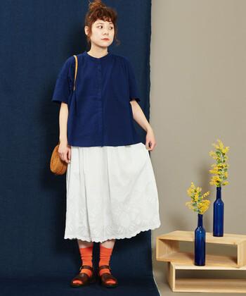 刺繍が可愛いコットンスカートは、落ち着いた色味のトップスやきれいめアイテムを合わせることで大人っぽく着こなせます。お気に入りのカラーソックスを合わせて、自分らしい着こなしを完成させてもGOOD。
