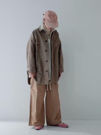 防寒対策にもなるタートルネック+プルオーバー(セーターやスウェット、シャツなど)の組み合わせ。プルオーバーは重ね着しやすいように襟ぐりが大きめでゆったりとしたシルエットのものがベター。タイトなものだと、中に着ているものの厚みが表に分かってしまうのでご注意を!