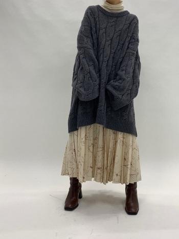 ライトグレーのタートルネックにナチュラルなホワイト系のロングスカート。淡く優しいスタイルに合わせたのは、チャコールグレーのビッグサイズセーター。程よい加減で辛さも足されて、こなれた雰囲気に見えます。