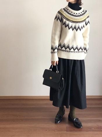 タートルネックのニットにさらにセーターを重ねれば、防寒対策も万全!ブラックにノルディック柄が映えて印象的な着こなしです。