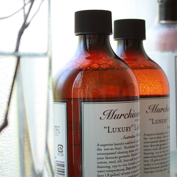 """手洗い専用の洗剤として開発された「""""ラグジュアリー""""ランドリー ソーク」は、コットン・ウール・シルク・リネン・合成繊維・混紡繊維など様々な素材に使える衣類合成洗剤です。マーチソンヒューム独自の配合バランスによって、糸の伸びや縮み、色あせを防ぎながら洋服を優しく洗い上げます。"""