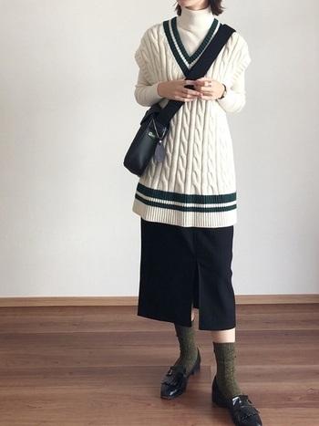 スクールガール風のベストにタイトスカート。大人っぽく仕上げたいなら、下にはシャツではなくタートルネックがおすすめ。