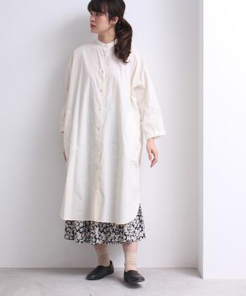 キナリカラーのシャツワンピースに、花柄のロングスカートを重ねたコーディネート。無地のワンピースだけだとシンプル過ぎる印象ですが、花柄のワンアクセントがあるだけで今っぽさが格段にアップしますね♪