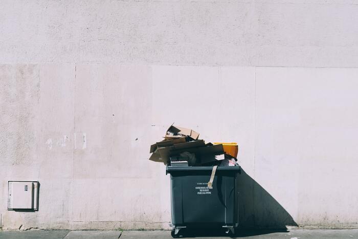 荷ほどきをするときに必ず出る「ゴミ」。新居にゴミが散乱してしまうことを防ぐためにも、すぐに使えるゴミ袋を多めに用意しておくと安心です。分別方法や指定のゴミ袋など、引越し先の市町村のルールも確認しておくといいですね。