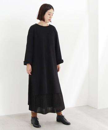 黒のベーシックなワンピースに、小さいドット柄のスカートを重ねたコーディネートです。同系色のアイテムを合わせているので、統一感も抜群。ワンピース×スカートレイヤードの組み合わせが難しいと感じる方にも、ぜひ真似してほしいスタイリングです。