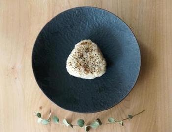 シンプルな焼きおにぎりの中に、クリームチーズが入っています。白米は、まろやかなクリームチーズとも好相性です。優しい味のおにぎりです。