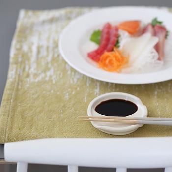 箸スプーンや、スプーンとフォークなど、その組み合わせは自由自在。箸と一緒に醤油や薬味を乗せて、豆皿感覚で使用するのもアリです。