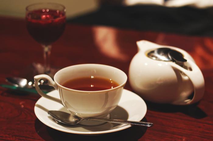ロシアでは、ティーポットで紅茶をとても濃く煮出し、ティーカップ半分ほどまで注ぎます。そこに、「サモワール」という湯沸かし器から熱湯を加えて紅茶の濃さを調整し、ジャムを舐めながら紅茶をいただきます。これが、本場ロシアの「ロシアンティー」です。