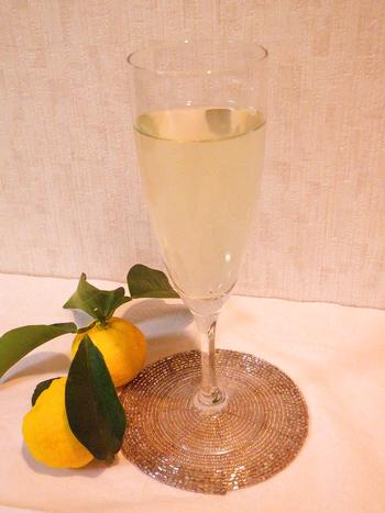 ホワイトリカーとゆず、ハチミツで作る大人の柚子酒。美味しく作るポイントは、果皮を長期間漬けると苦味が強くなるので皮は10日以内に取り出すこと。その際、だし用パックに皮を入れてから漬けると簡単に取り出せます。その後、3ヶ月以上漬ければ美味しいハチミツ柚子酒が完成♪漬け込む期間を考慮して、柚子が出まわった頃作ると、冬に美味しい柚子種をいただけて◎。