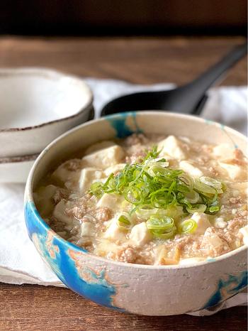 柚子胡椒、豆腐、豚挽き肉などで作る白麻婆豆腐。柚子胡椒を使って作ることでいつもの中華の麻婆豆腐が、和の雰囲気になり、和食の副菜などとも合いそう。しかもご飯だけでなく、ビールやお酒とも相性バッチリ♪