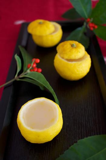 ゆず、ゆずの果汁、白こしあん、上白糖、塩、粉寒天で簡単に作れる「柚子の水ようかん」。ゆずの皮を容器に使えば見た目も華やかで、見るからに美味しそう。香りが良く甘さもほどよいさっぱりとした水ようかんは、年始のご挨拶のおもたせにも良いかも。