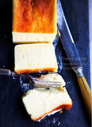 「チーズテリーヌ」とは、チーズケーキの種類のひとつです。とりわけ滑らかな口当たりが大きな魅力。  そして、湯せんで焼いたり、レンジで作ったりと、いろいろなレシピがあることも特徴的です。ご家庭のキッチン状況に合わせた作り方でトライできますね。