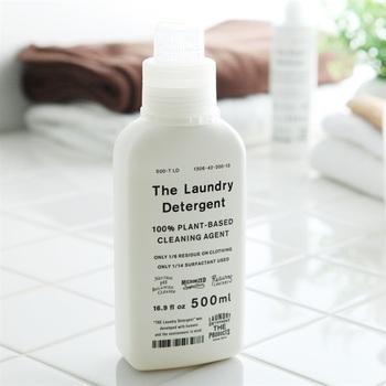 「THE 洗濯洗剤」は、一般的な洗濯洗剤に比べて、界面活性剤を1/95まで減らしているのが特徴。通常、生分解されるまで約1ヶ月かかりますが、こちらは1週間後に100%生分解される環境に配慮したエコな洗剤です。