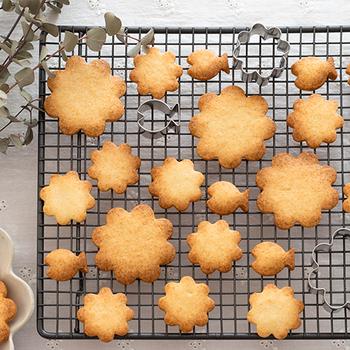 一般的な型抜きクッキーの生地は、バターもあまり多くなく、扱いやすいのが特徴。お菓子作りに慣れていない方にも作りやすいクッキーです。バターと卵などをよく混ぜて小麦粉を切るように合わせて生地を作り、冷蔵庫で休ませます。あとは、型抜きしてオーブンで焼くだけ。