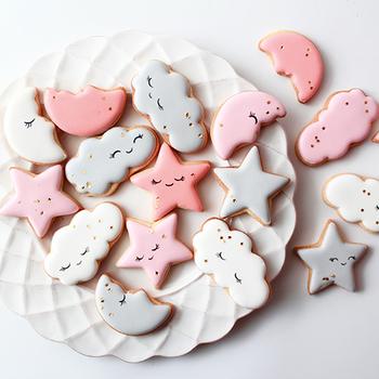 アイシングクッキーは、基本のクッキー生地に、粉砂糖と卵白を合わせたアイシングで絵やメッセージなどを入れます。華やかさやオリジナリティが出せるのが魅力。