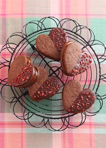 ココア風味の型抜きクッキーをチョコレートでコーティング。2枚のクッキーの間には、塩キャラメルクリームが挟まっています。フリーズドライのいちごのトッピングで華やかさを添えて。