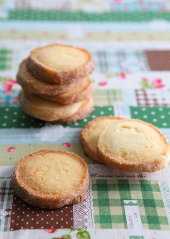 卵を使っていないので、卵アレルギーの方へのプレゼントにおすすめ。スキムミルク使用で、サクサク食感と素朴な味わいが楽しめるクッキーです。