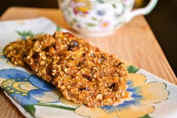 バナナ・オートミール・プルーン、この3つがあればできる簡単でナチュラルなクッキー。バター・卵・砂糖も不使用で体に優しいヘルシーさが魅力。ダイエット中の方に贈るのもいいかも。