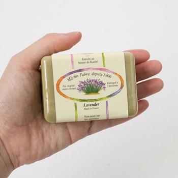 """MARIUS FABREのサボンドマルセイユ石鹸は、別名""""王家の石鹸""""とも呼ばれる実力と格式を兼ね備えた石鹸で、昔ながらの製法で丁寧に作られています。サボンドマルセイユ フレグランスタイプは、100%天然植物性油脂で無着色・無防腐剤・純石鹸分99%なので、肌に優しく安心。"""